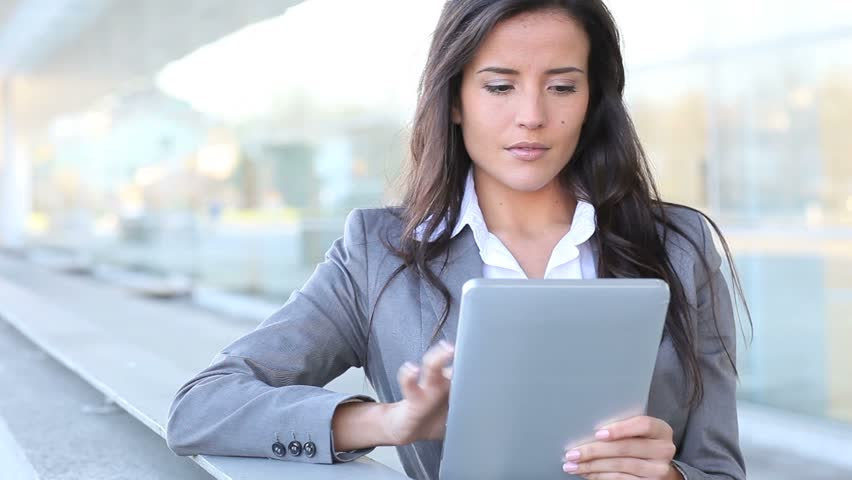 WOMAN WITH TABLET-min.jpg