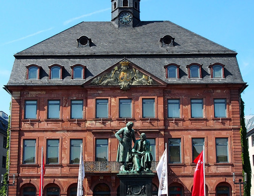 old-town-hall-3667216_1920.jpg
