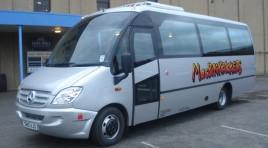 Macbackpackers其中一輛30人大巴士