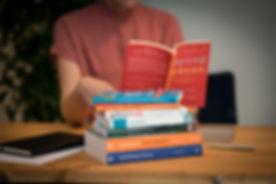 Boeken met persoon 2.jpg