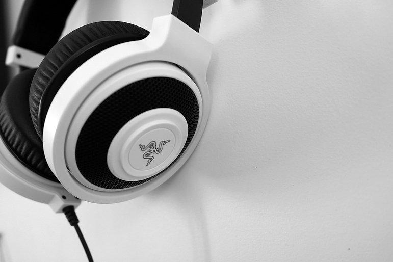 headphones-1377193_1920.jpg