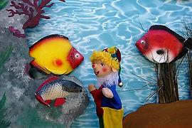 Kasperl und Strolchi gehen Angeln. Aber anstatt Fischen holen die beiden eine Flaschenpost aus dem Wasser. Die Fische Schwipp, Schwapp und Schwupp brauchen dringend Hilfe. Der Kasperl überlegt, wie er ihnen helfen kann, als plötzlich der Professor vorbeikommt, um ihm seine neueste Erfindung zu zeigen - die UnterWasserWunderpille...