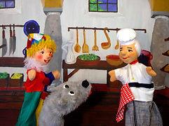 Fridolin steht fröhlich singend in seiner Schlossküche und kocht eine herzhafte Gemüsesuppe. Mit seiner Fröhlichkeit ist es jedoch vorbei, als ihn der König besuchen kommt. Weshalb Fridolin plötzlich so traurig ist, und warum Kasperl und Strolchi es mit zwei Fledermäusen zu tun bekommen, das seht ihr euch am besten selber an...
