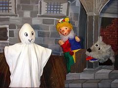 Die beiden Gespensterchen Kribbel-Krabbel und Zippel-Zappel wohnen in einer wunderschönen Burg. Eigentlich sind sie ja ganz glücklich. Nur will niemand so recht daran glauben, dass es sie gibt. Deshalb lassen sie es so richtig gespenstern. Kasperl und Strolchi staunen nicht schlecht, als sie einen Gespenstertanz sehen...