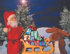 Eifrig helfen Kasperl und Strolchi der Großmutti beim Kekse backen. Auch der Weihnachtsmann hat viel zu tun. Muss er doch all die Geschenke und Päckchen für den Weihnachtsabend vorbereiten. Klingt das nicht friedlich? Doch plötzlich stört jemand diese Ruhe. Ja, wer steckt denn da seine Nase zur Türe hinein?
