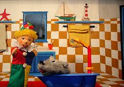 Liebst du es auch in der Badewanne herum zu plantschen und mit all deinen Schiffen und Quietschenten zu spielen? Der Kasperl kann davon nicht genug bekommen. Nur der Strolchi mag das Wasser gar nicht gerne. Doch es hilft nichts. Auch der Strolchi muss mal baden. Warum aber verschwinden plötzlich Seife, Schwamm und Bürste?