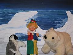 Der Herr Professor zeigt Kasperl und Strolchi seine neue Funkstation. Mit dieser Funkstation kann er Kontakt zu den Tieren im Eismeer aufnehmen. Das ist ihm sehr wichtig, denn er möchte stets wissen, ob es den Tieren im Eismeer auch gut geht. Plötzlich jedoch kommt ein neuer Funkspruch herein. Jemand funkt SOS...