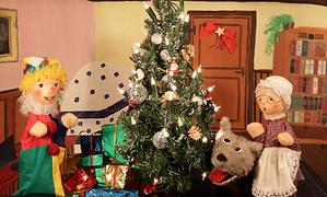 Kasperl und Strolchi helfen der Großmutti beim Kekse backen. Denn, was wäre Weihnachten ohne die leckeren Weihnachtskekse der Großmutti? Auch die Hexe Zuckerschleck liebt Weihnachtskekse sehr. Doch leider kann sie gar nicht backen. Warum aber verschwindet plötzlich die Großmutti? Und was ist in dem geheimnisvollen Paket?