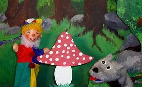 Kasperl und die Prinzessin wollen im Wald Pilze sammeln. Doch im Wald, da wohnt ein Waldteufelchen und das hat es gar nicht gerne, wenn man es in seiner Ruhe stört. Kurzerhand werden die Prinzessin und der Strolchi verzaubert. Wer weiß, wie die Geschichte ausgegangen wäre, gäbe es da nicht die kluge Eule...