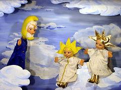 Auf den Wolken geht es lustig zu. Gelbsternchen, Goldsternchen und Weißsternchen spielen das lustige Wolken-Hüpf-Erwisch-Mich-Spiel. Doch dann passiert es: Gelbsternchen hüpft nicht weit genug und fällt auf die Erde hinab. Armes Gelbsternchen! Ob es wohl je wieder in den Himmel zurückkehren kann?