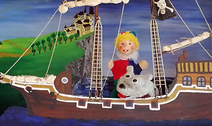 Seeräuber Jonathan ist ein gar munterer Geselle. Fröhlich singend fährt er mit seinem Schiff von Königreich zu Königreich. Und jedem König nimmt er seinen Gold- und Silberschatz einfach weg. Als er jedoch die schöne Prinzessin auf sein Schiff lockt und nicht mehr frei lassen will, müssen Kasperl und Strolchi helfen.