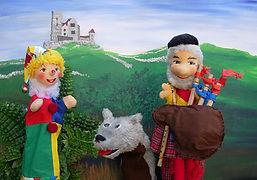 Kasperl und Strolchi verbringen ihre Ferien auf einem schottischen Schloss. Die beiden staunen nicht schlecht als sie das erste Mal vor dem Schlossbesitzer Mac Henry stehen. Denn stellt euch vor: in Schottland tragen auch Männer Röcke! Na, wenn das nicht zum Lachen ist. Doch das Lachen vergeht ihnen schnell, denn Mac Henry hat große Sorgen...