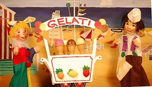 Kasperl und Strolchi haben es eilig. Sie wollen auf Urlaub fahren. Und wo könnte es schöner sein als im sonnigen Italien? Die beiden freuen sich schon auf die Sonne, den Strand und das Meer. Und natürlich auch auf das köstliche italienische Eis. Doch jetzt ist es höchste Zeit. Der Zug fährt gleich los! Steigt mit ein, fahren wir gemeinsam nach Italien!