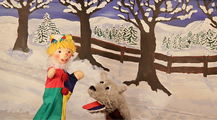 Kasperl und Strolchi möchten eine Schlittenfahrt machen. Doch leider liegt nicht genug Schnee. Kurzerhand beschließen die beiden zur Schneekönigin zu gehen und sie um mehr Schnee zu bitten. Die Schneekönigin verspricht ihnen diesen Wunsch sogleich zu erfüllen. Aber es schneit trotzdem nicht. Wer da wohl dahinter steckt?