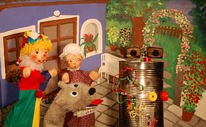 Der kluge Professor zeigt dem Kasperl seine neueste Erfindung: eine klappernde Mülltonne, die etwas ganz Besonderes kann. Kasperl und Strolchi sind hellauf begeistert. Doch leider passiert dem Kasperl ein kleines Missgeschick und plötzlich ist die klappernde Mülltonne nicht mehr zu halten. Sie klappert los und bringt so einiges durcheinander.