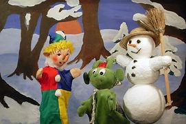 Kasperl und Strolchi spielen im Schnee. Vor lauter Begeisterung bemerken sie gar nicht, dass der Schnee zwar schön, aber auch recht kalt ist. Und dann ist es auch schon passiert. Der arme Strolchi wird krank. Da kann leider auch die Großmutti nicht mehr helfen. So machen sich Kasperl und Strolchi auf ins nächste Krankenhaus...