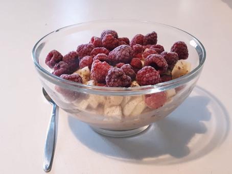 Fitness-Porridge mit Banane in Himbeeren