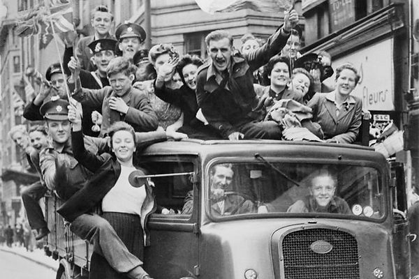Ve_Day_Celebrations_in_London_8_May_1945
