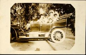 Autor não identificado Francisco Rodrigues da Paixão, negociante,  Valentina de Souza Reis, Ubaldina de Souza Rodrigues e grupo de amigos  Timbaúba, Pernambuco, 1910 Foto postal