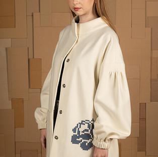 katre arula sinise roosiga valge jakk.jp