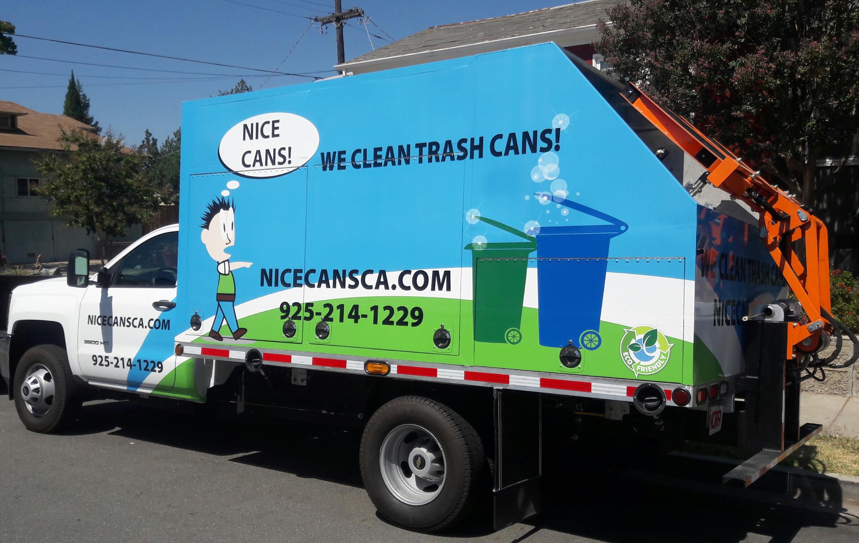 Trash bin cleaning truck