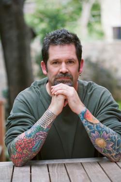 Cliente oculto homem tatuado