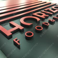 Tabella con lettere in rilievo.