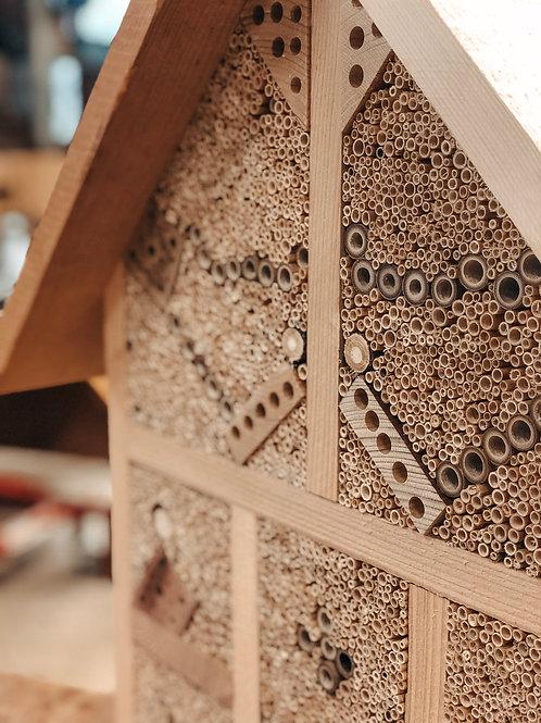 Bienenhotel mit Dach