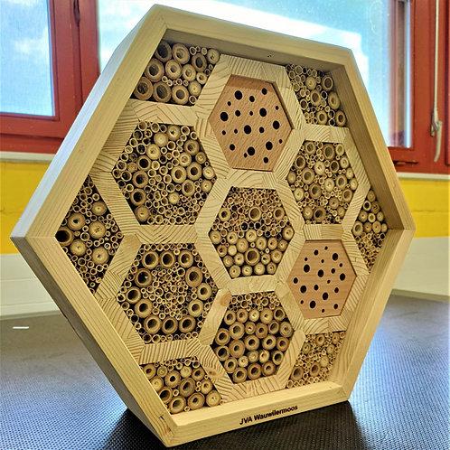 Bienenhotel in Wabenform