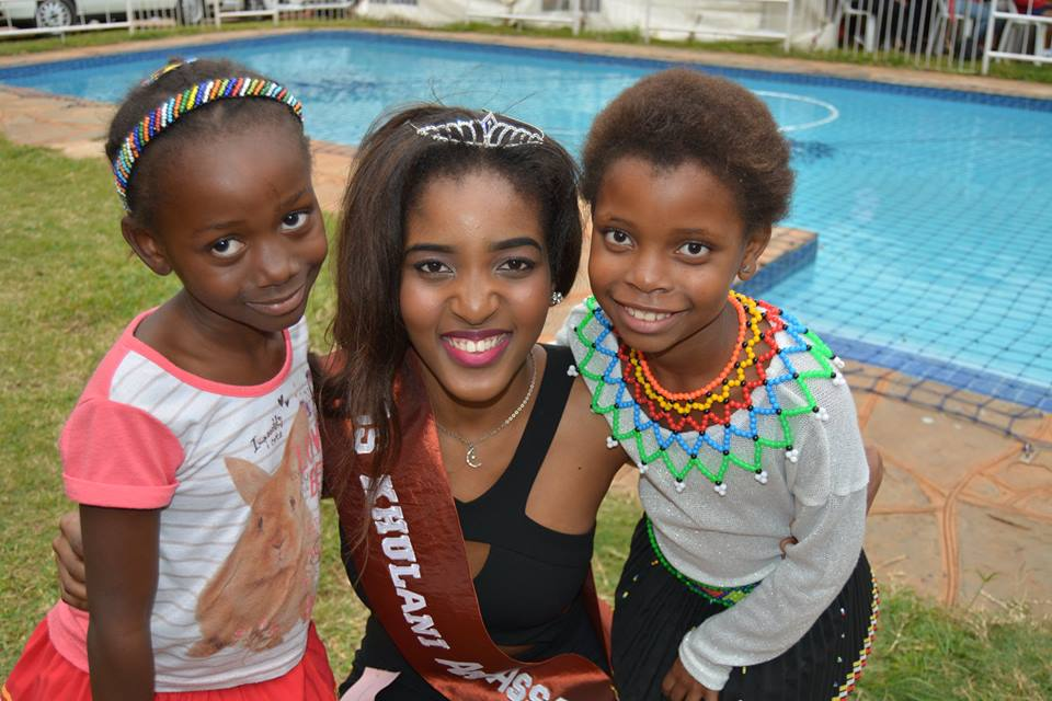 Miss khulani ambassodor with ChildrenShelter children