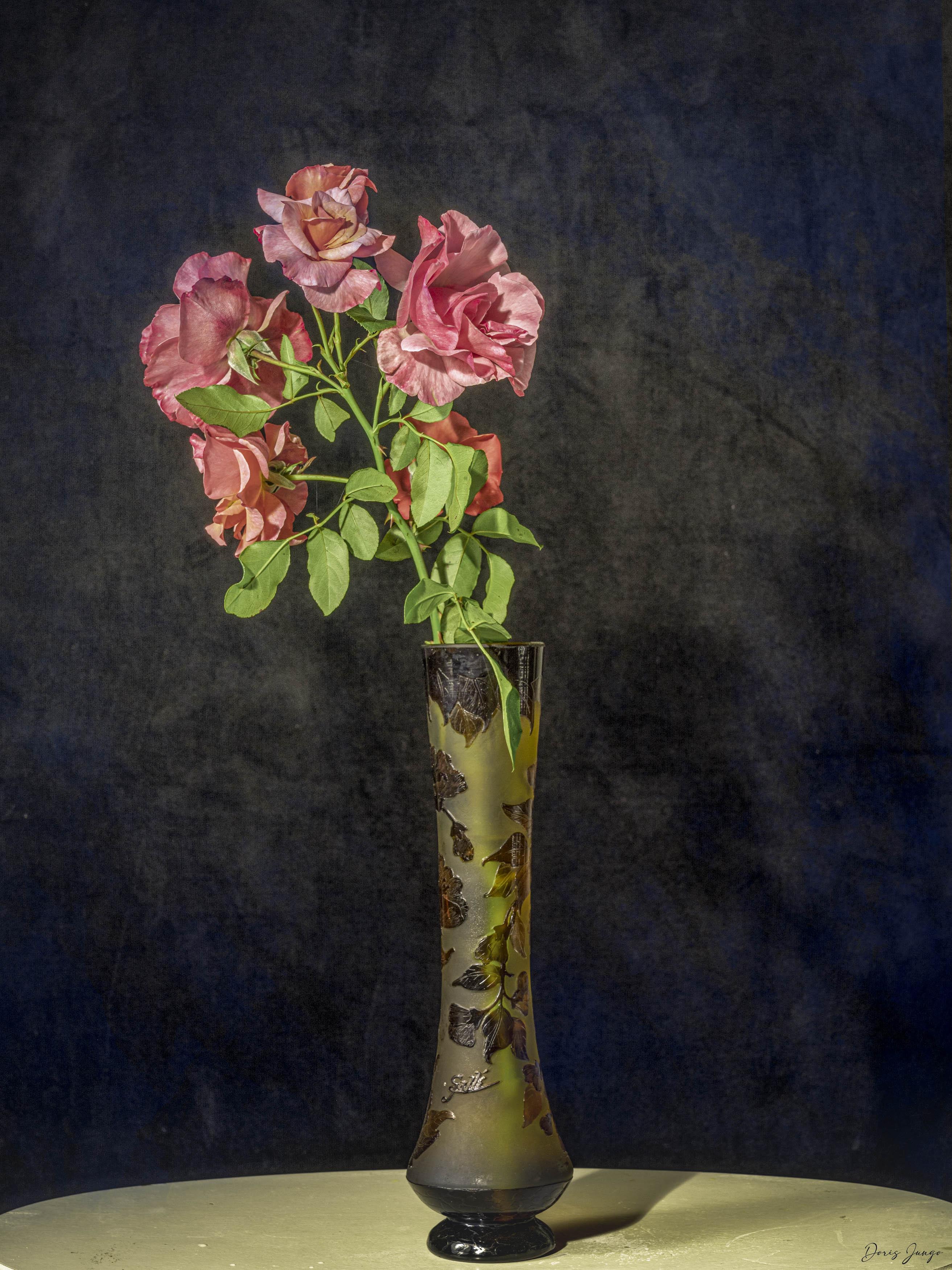 Branche de rosier dans un vase Gallé