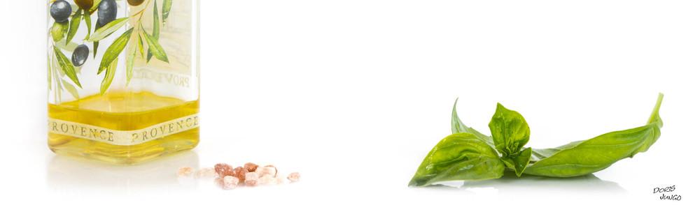 Huile d'olive. sel et basilic