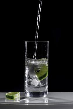 Un verre d'eau avec des glaçons et du citron vert