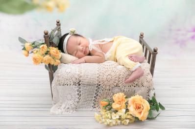 ベッドと花の小物のニューボーンフォト