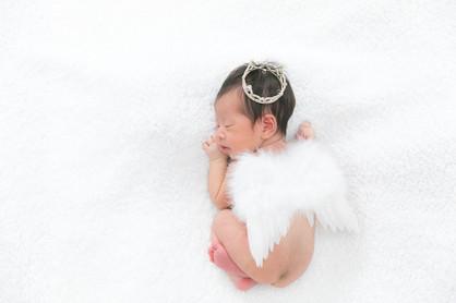 うつぶせ寝の天子の羽