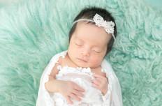 ニューボーンフォトの薄い青色の設定。赤ちゃんの顔をアップで撮った写真