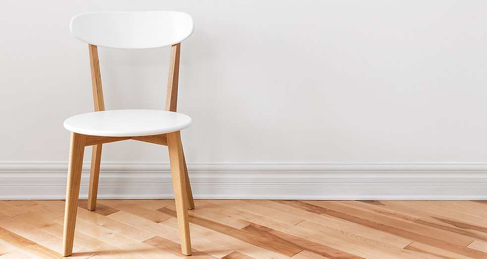 เก้าอี้ขาวในห้องที่ว่างเปล่า