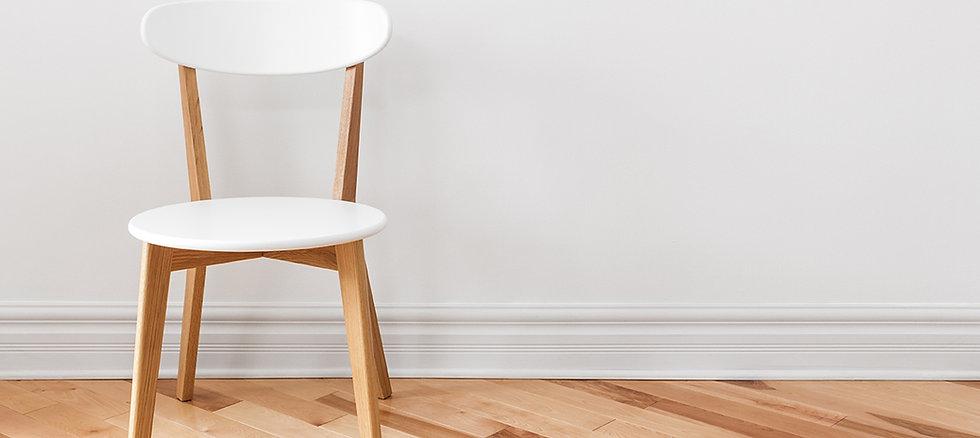 Witte Stoel in een lege kamer