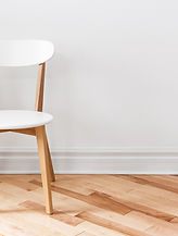 Chaise blanche dans une pièce vide