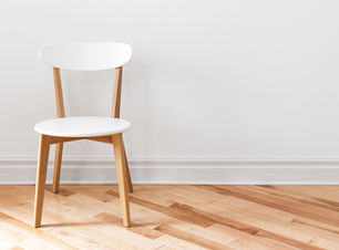 빈 방에 흰 의자