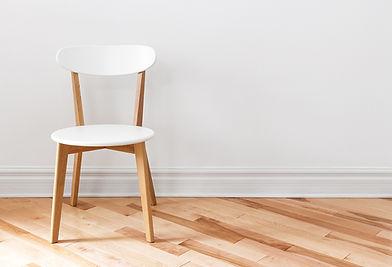 Cadeira branca em um quarto vazio