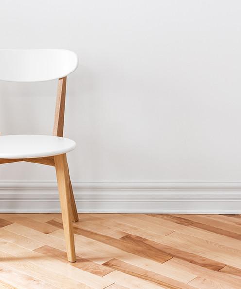 在一個空房間白色椅子
