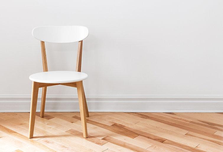 Sedia bianca in una stanza vuota
