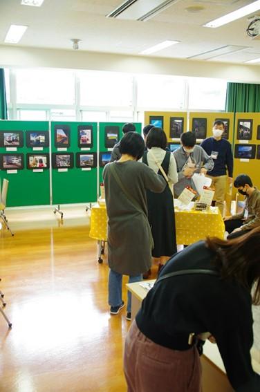 S405教室で駅弁を販売する鉄道研究会。峠の釜めし弁当をはじめ、東日本各地の弁当を販売していた。