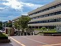 手前の建物が本学多摩キャンパスの3号館(図書館・研究所棟)