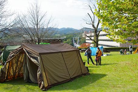 芝生広場で設営されたテント =東京都町田市、2020年11月1日、西森知弘撮影