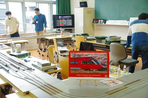 S405教室で鉄道模型を走行させる部員たち。平日は訪問者が少なく、部員同士での会話が盛り上がっていた。