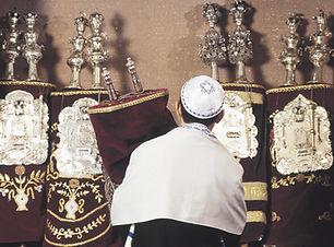 Carrying rouleaux de la Torah