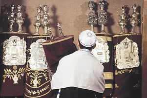 Carrying rouleaux de la Torah