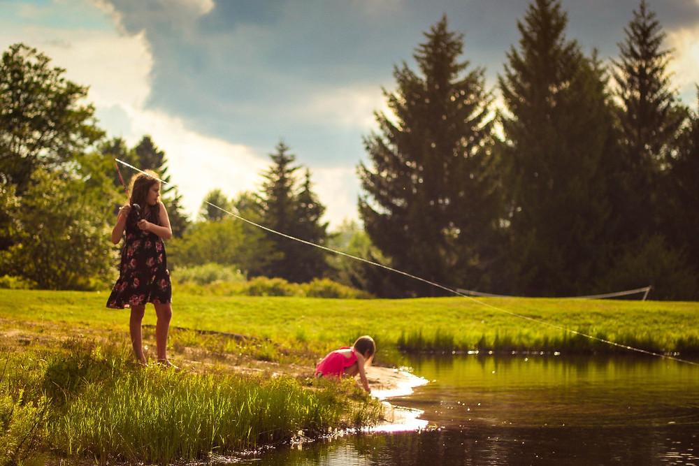 Niños jugando en un lago